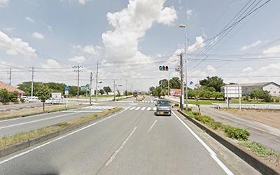関越自動車道の高架下をくぐり一つ目の信号(黒田南)を右折します。