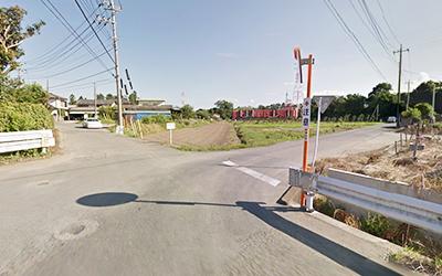 50mほど直進し、最初の交差点を右折します。