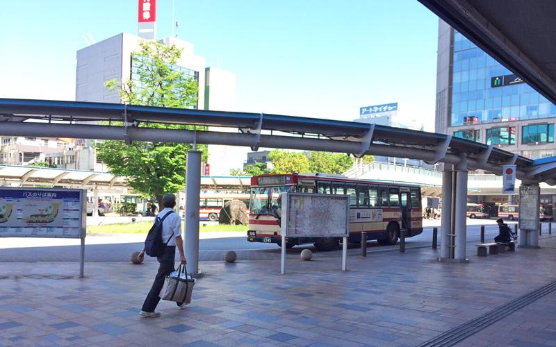 バスターミナル8番乗り場へ行きます。