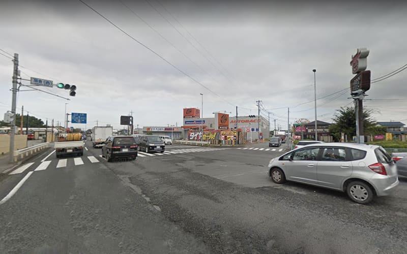 加倉(西)交差点を右折して、万世とオートバックスの間の道へ進みます。