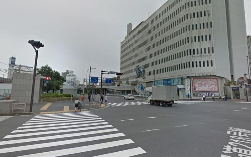 大通り沿いを左方向に歩き、画像の手前の横断歩道と奥に見える横断歩道を渡り、直進します。