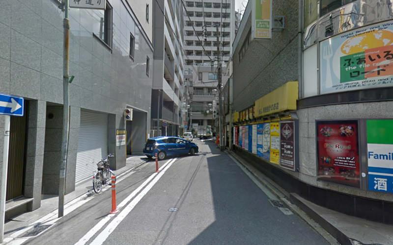 1つ目の路地を左に曲がります。