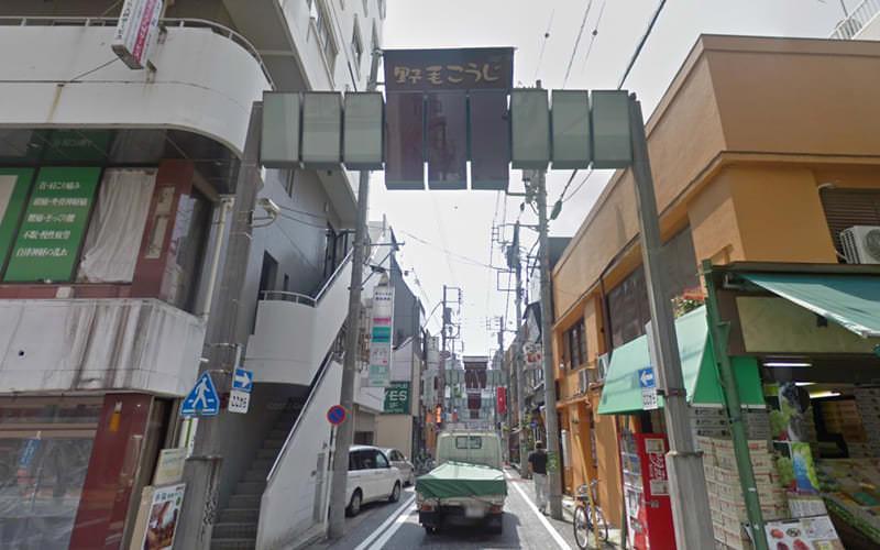 途中少し大きな通りに突き当たります。横断歩道を渡り直進してください。