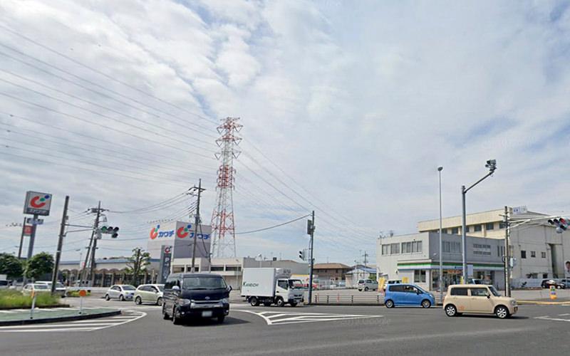 秋田新幹線のガードの先の梁瀬3丁目の交差点を右折して国道4号に入ります。