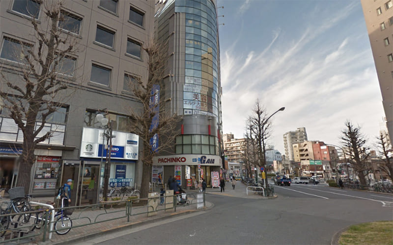 ロータリー左手にあるみずほ銀行とパチンコGAIAの間の小道を左に曲がります。