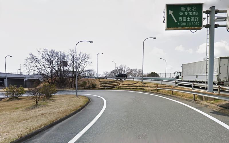 東名高速道、富士料金所を左方向へ進み 新東名・西富士道路 の標識に従って 西富士道路(無料区間) に入り6kmほど道なりに進みます