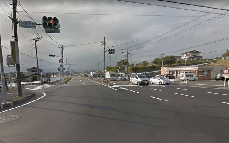 有料道路出口小泉若宮の交差点を大きく右折して(右斜め後方に曲がる) 県道76号線 に入ります。