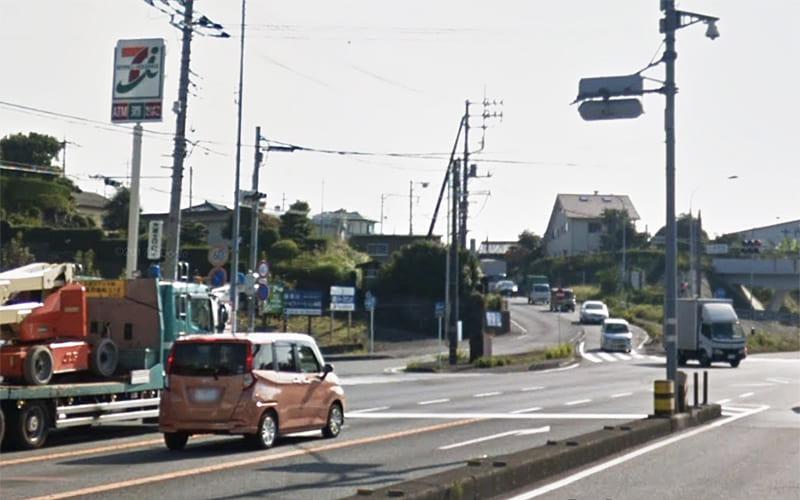 小泉若宮の交差点を斜め左前方へ進み 県道76号線 に入ります。