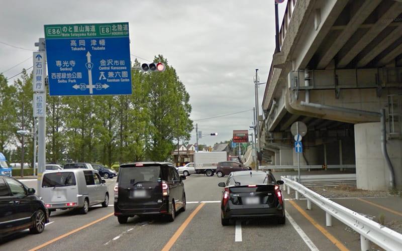 金沢西ICを降り直進します。県道25号との交差点で金沢市街方面へ曲がり、しばらく道なりに約3km直進します。