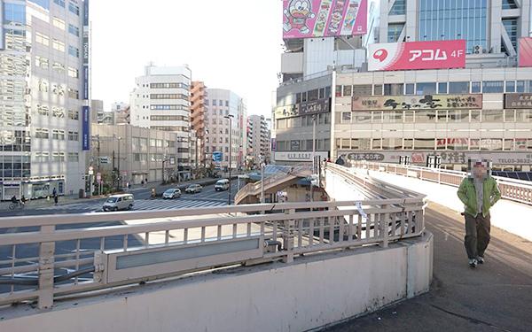 歩道橋を上り写真の向かって右方向に進みます。