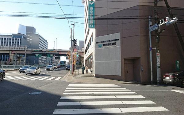 都民銀行まで直進し、大通りの横断歩道を渡ります。