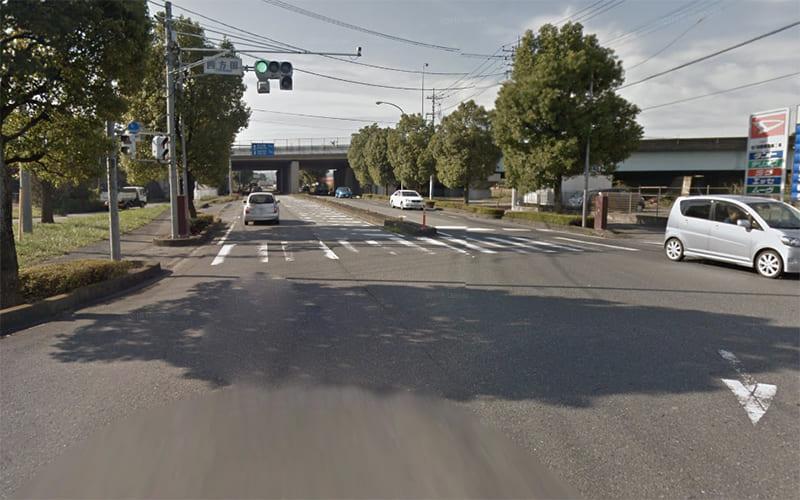 四方田交差点を左折します。