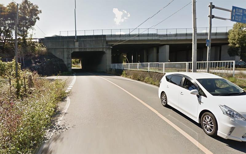 道なりに右折して関越道の下をくぐり抜けます。