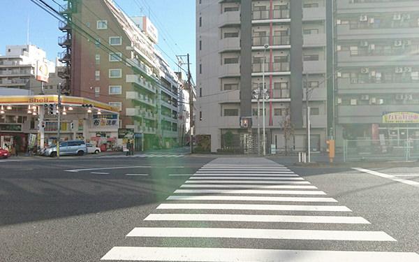 通りを横断し、向かって右方向に直進します。