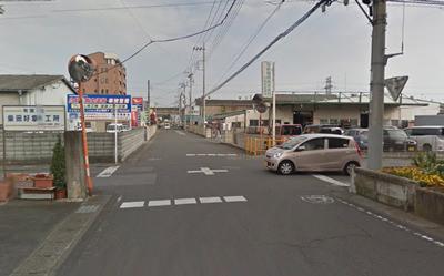 東北新幹線手前を左折