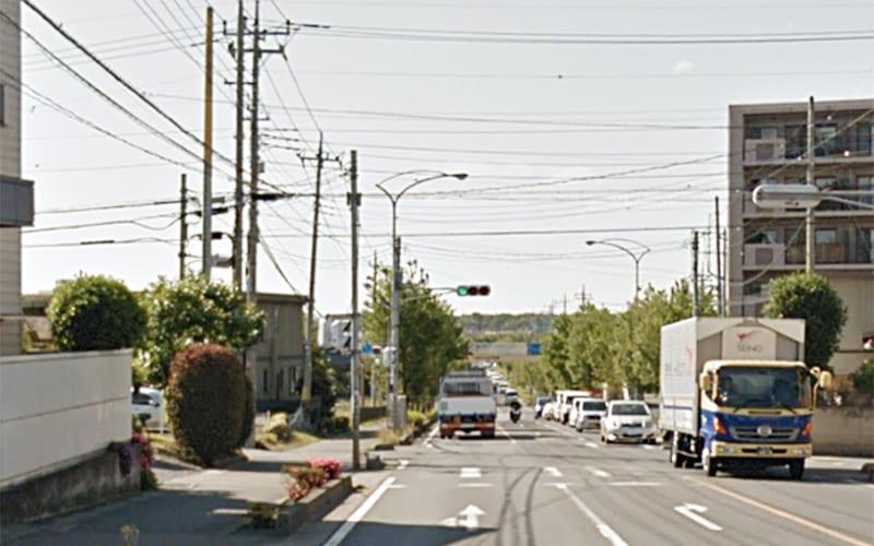 次の信号を左折し、入間川街道を800mほど進みます。